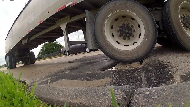 Pothole on Eldridge Parkway stops traffic for commuters